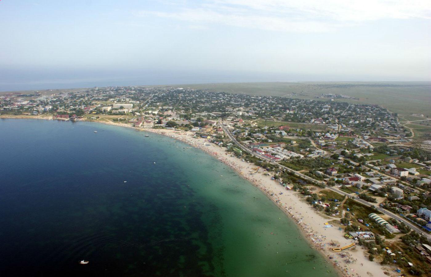 Песчаные пляжи вдоль побережья Межводного с высоты