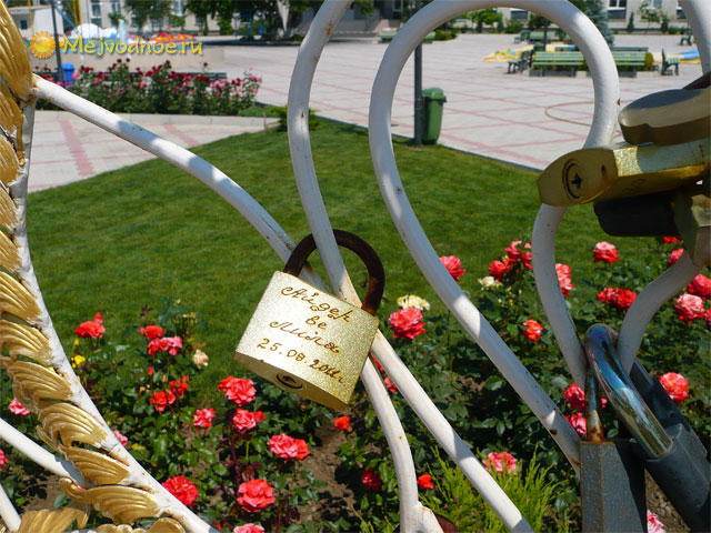 Замок на скамейке любви в Межводном
