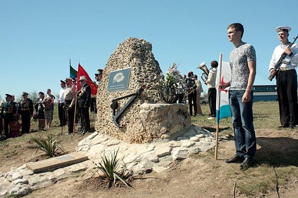 8 мая 2013 года на берегу Каркинитского залива между селами Межводное и Северное открыли памятник «Неизвестному матросу»
